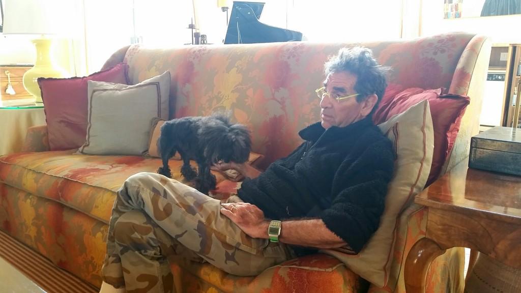 John Hilliard mit Pudelhündin Wig auf dem Sofa des Salons, der auch für Weinverkostungen genutzt wird.