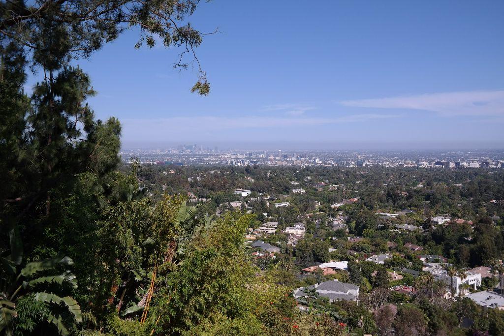 Blick vom Pool auf Los Angeles, am Horizont die Hochhäuser von Downtown