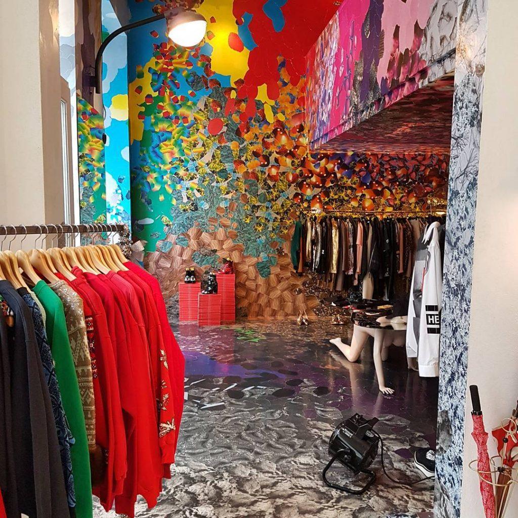 That's a cool store, don't you think? Shop Burggasse 24 in Vienna. Where art meets fashion! ❤❤❤ Hier ist alles unter einem Dach: Mode, Café und Bar! Und der Name steht für die Adresse! #mystylery #shop #vienna #instatip #wanderlust #colors