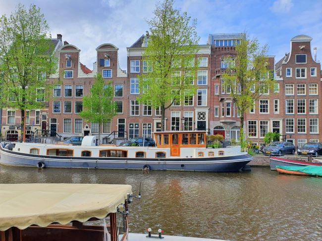 Hausboot auf Gracht in Amsterdam