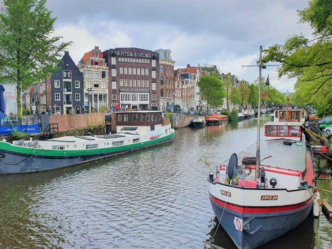 Boote auf Grachten in Amsterdam