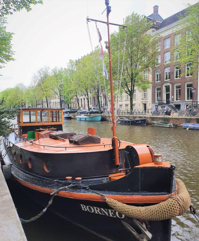 Boot auf Gracht in Amsterdam